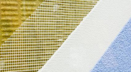 Musteraufbau eines Außenwandputzes an einer Hausfassade
