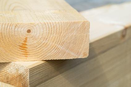 Zwei Holzbohlen (Kernholz im Anschnitt), Holzbalken geschnitten aus hochwertigem Fichtenholz, Baumaterial beim Hausbau, hier Holzrahmenbau.